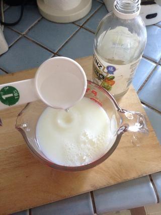Añadir 4 cucharadas de vinagre blanco a la leche 2 tazas. Ponga a un lado por unos minutos, ya que