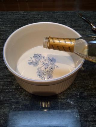 En un tazón mediano, agregue 1/4 de vinagre de arroz.