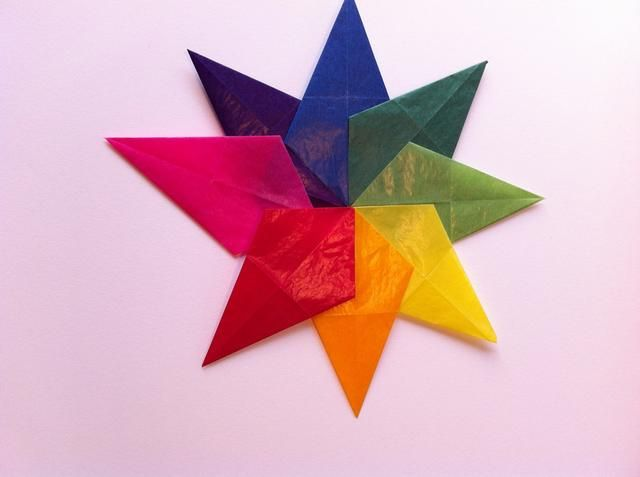 Agregue un poco de toques de pegamento en barra para el último diamante y deslícela en la estrella.