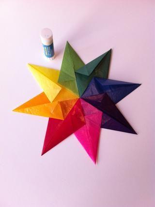 Voltear la estrella una y pegar abajo todas las solapas de papel sueltas.
