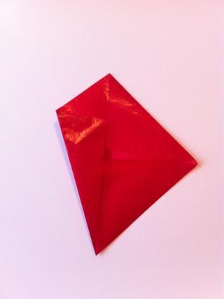 Dobla las dos piezas inferiores para crear una forma de diamante.