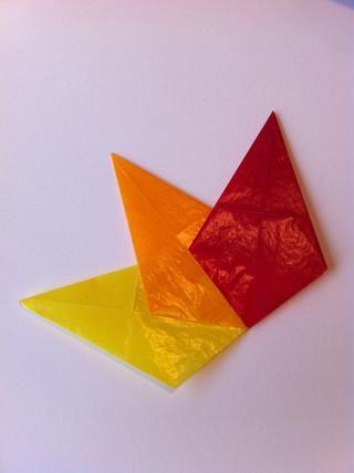 Comenzar a pegar la parte inferior de su forma de diamante y la superposición en la parte superior de su próximo color. Asegúrese de alinear la parte inferior de la forma que creará una punta afilada agradable en la parte inferior.