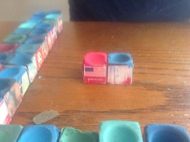 Comience por pegar dos cubos juntos a la vez hasta que tenga una base segura.