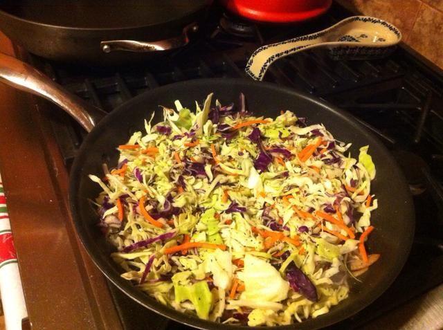Añadir la col, zanahorias, sal y pimienta.