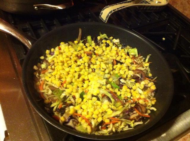 Añadir el maíz y cocinar hasta que esté descongelado y calentado a través.