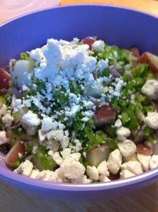 Revuelva suavemente en el queso de cabra, el apio, la cebolla y el perejil. Condimentar con sal y pimienta.
