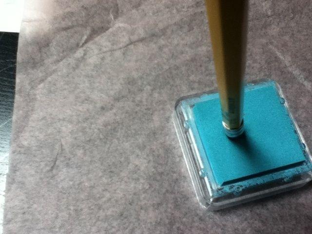 Utilice el lápiz's eraser as a stamp. Stamp it in the ink...