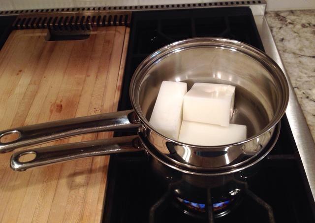 Derrita la cera. Va a llenar la olla de fondo de la caldera doble con agua. Coloque la cera en la olla superior. Deje que se derrita por completo ya que el agua comience a hervir.