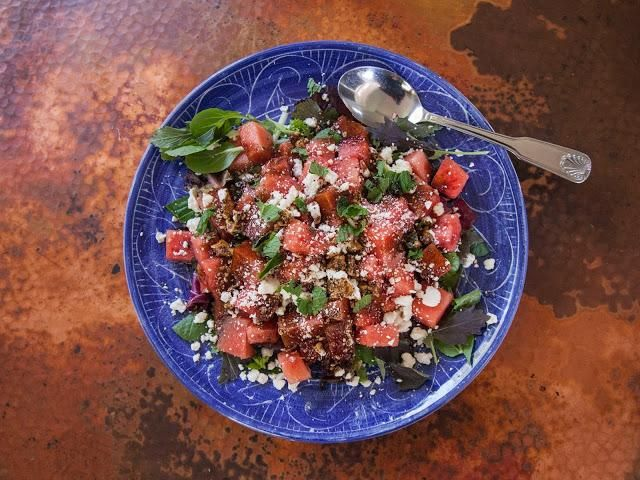 Darle unas vueltas de un molinillo de pimienta y usted're done. Serve it up! Sweet, salty, and juicy this salad is a real winner and perfect for all your Summer entertaining.