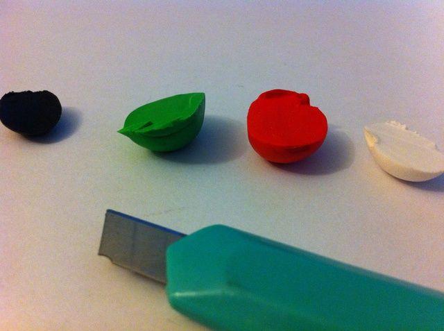 Cortar pequeños trozos de cada color.