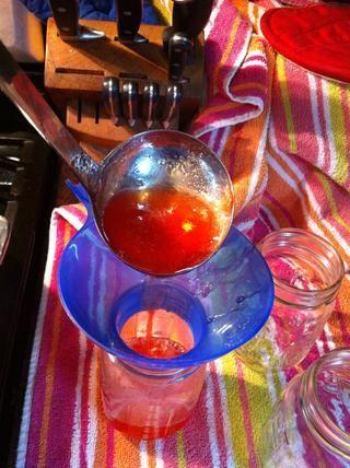 Coloque embudo limpio en el tarro y llenar la jarra con jalea usando cucharón.