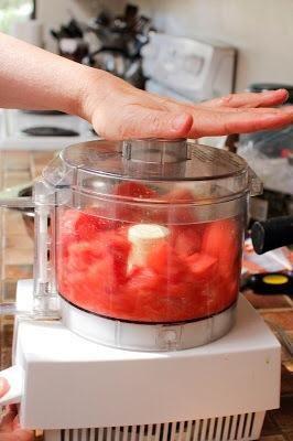 Haga un puré en una licuadora o procesador de alimentos. Ponga dos tazas de puré en una olla. Ajuste 1/4 taza de puré de lado en un tazón pequeño. Pon el resto de puré de sandía en la olla a fuego medio y llevar a ebullición