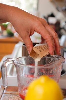 . Añadir la gelatina a la 1/4 taza de puré de sandía en el bol y mezclar en el pozo.