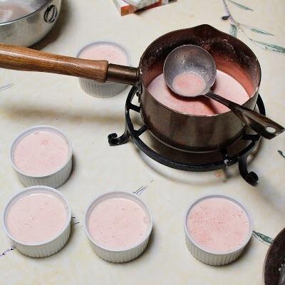 Sirva la mousse de sandía en pequeños moldes porción. Ponga los moldes en el refrigerador para enfriar hasta que se impuso, por lo general dos horas más o menos.