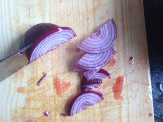Cortar la cebolla en aros.