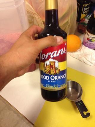 Esta es su sangría! Utilice cualquier sabor que te gusta. Usted puede hacer un jarabe simple, el derretimiento de la mezcla de partes iguales de agua y el azúcar en la estufa. Yo he optado por este jarabe de naranja de sangre! Acerca de 1/2 taza