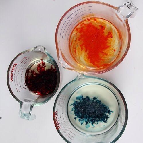 Ahora agregue los aceites de la fragancia. He añadido la fragancia Apple Macintosh a la cera roja, la fragancia Lemongrass Sage a la cera verde azulado y la fragancia de Azahar a la cera de color naranja.
