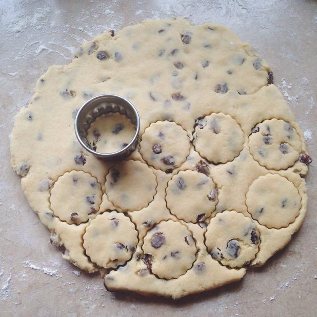 Cortar las tortas usando un cortador de galletas.
