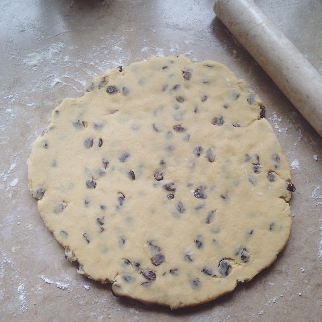 Extienda la masa de unos 5 mm (1/4 pulg) de espesor sobre una superficie enharinada.