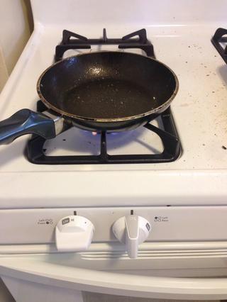 Encienda el horno alto y obtener una sartén pequeña. Rocíe con spray antiadherente.