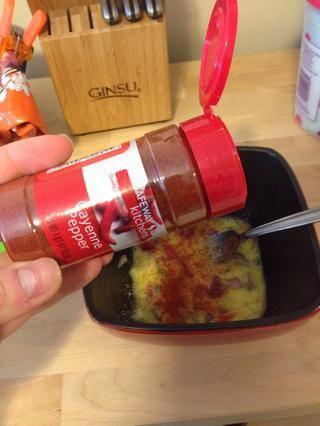Añadir una pizca de pimienta de cayena, si te gusta lo picante. También he añadido una pizca de cebolla en polvo, así ya que me encanta el sabor de la cebolla.
