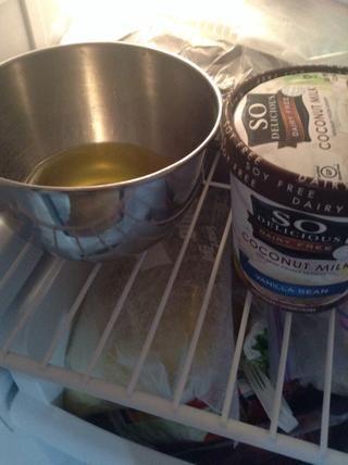 Situado en el congelador durante 10-15 minutos debe ser duro en la parte superior, pero cuando lo tocas debajo aún debe ser líquido