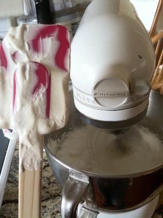 Asegúrese de raspar los bordes del recipiente que este es un buen momento para agregar la vainilla