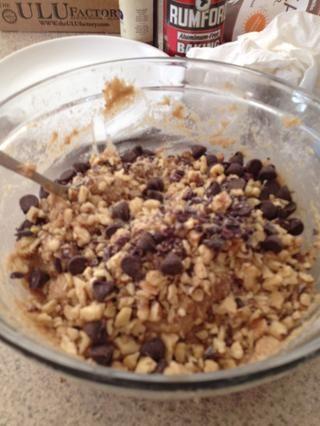 Mezclar en los chips de chocolate y las (opcional) semillas de cacao