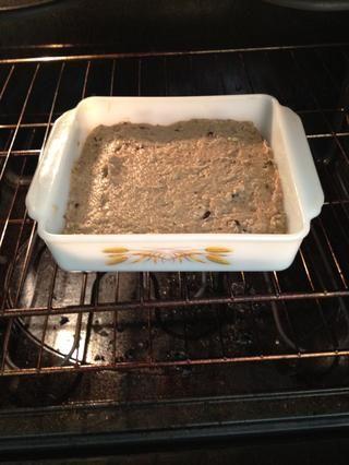Coloque en el horno durante 25-30 minutos o hasta que un palillo insertado en el centro salga limpio