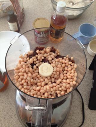 En un procesador de alimentos agregue los frijoles y picado datesThen mezclar todo junto hasta que se forme una pasta.