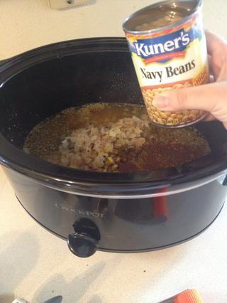 Volcado en 4-15 latas de onzas de frijoles blancos. Don't drain the beans. This helps build the broth.