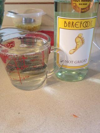Añadir 1 taza de Pinot Grigio. A continuación, beber !!!