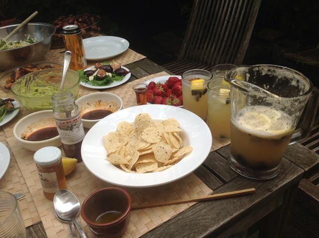 Esta fue la comida que tuvimos con. Blackened ensalada de maíz, guacamole, baquetas vegetales, fresas y ensalada de rúcula con higos y queso brie de cabra.
