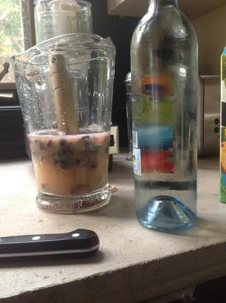 Vino espumoso verde (vino verde) listo para ser añadido. Añadí quizá dos tazas al principio.