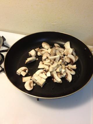 Saltear unos grandes setas en un gorro lleno de aceite. Elegimos vegetal.