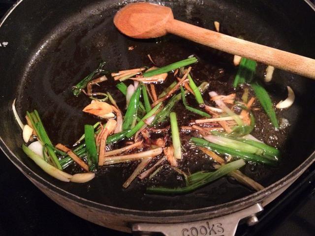 Aceite de la sartén, cocine jengibre, cebolleta, el ajo a fuego alto, agregue en salsa de soja, vino de cocina, sal y pimienta blanca. Cocine durante aproximadamente 1 min.