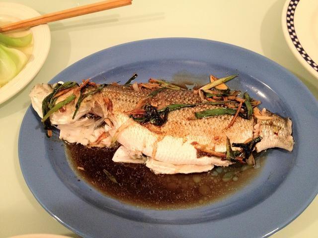 Vierta la salsa de cebolleta jengibre sobre el pescado. Yum!