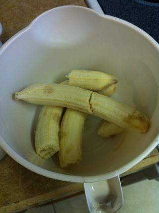 Pelar todas sus plátanos en un recipiente aparte ....
