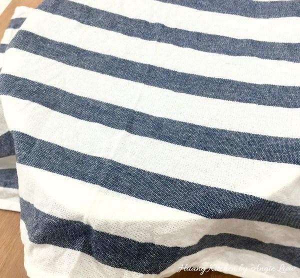 Cubrir con la toalla húmeda y deje reposar la masa durante 15 minutos.