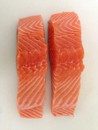 2 pedazos de salmón salvaje de 250 gramos cada una.