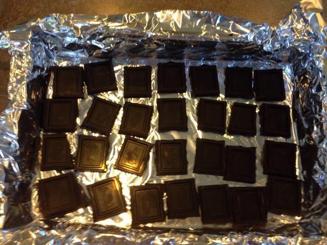 Coloque el chocolate en una capa uniforme sobre la lámina. Coloque en el horno durante cinco minutos o hasta que esté casi derretido.
