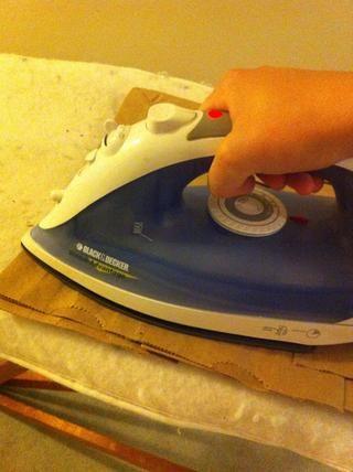 Encienda el hierro y utilizar a fuego medio-alto, hierro durante todo el papel y asegúrese de no te pierdas las áreas! Haga esto hasta que las virutas han derretido! Como LÍQUIDO derretida! ☀ ????????????