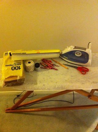 Ensamble Todos los suministros! Hierro, papel encerado, papel kraft, lápices de colores, sacapuntas, cuerda, tijeras, y un lápiz ?????? ✏✂