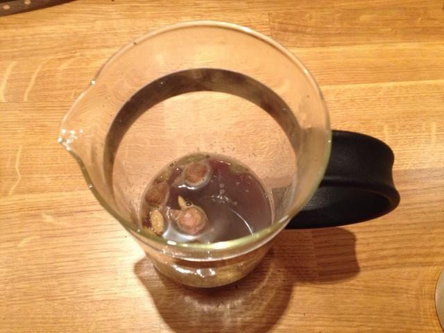 Agregar dos tazas de café por valor de agua caliente (justo por debajo del punto de ebullición que es mejor para el café). Coloque un café acogedor durante o envuélvalo en un paño de cocina para mantener el calor como usted elabora cerveza (aproximadamente 5 minutos).