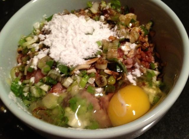Mezclar con el almidón de maíz y huevo. Ellos ayudan a la unión del relleno juntos.