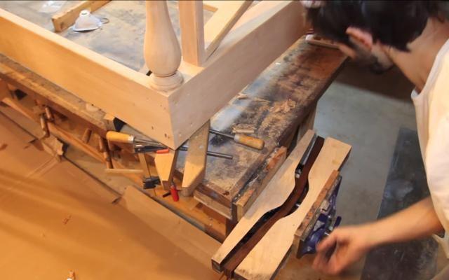 Mientras que las tiras están húmedos y flexibles, pre-doblarlas en forma y dejar secar durante la noche. La forma es un bloque de laminado de madera contrachapada con la forma del manillar cortar fuera de él.