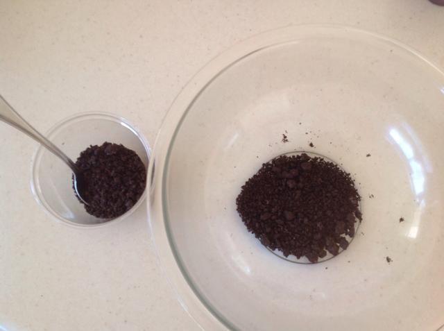Retire la mitad de las migas de galleta y los puso en el lado en otra taza o tazón pequeño.