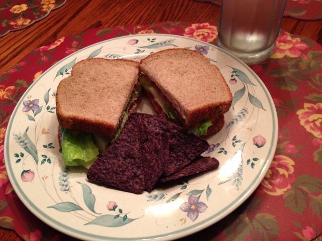 Servir a su sándwich con algunos chips y disfrutar de un almuerzo ligero o una cena. :)