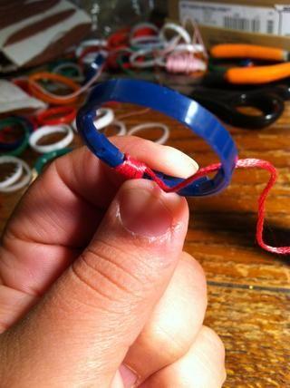 Sostenga la cola hacia abajo a lo largo del interior del anillo y se envuelve sobre ella. Como usted envuelve empujar la cuerda hacia atrás contra lo que've already done to keep any gaps from forming.