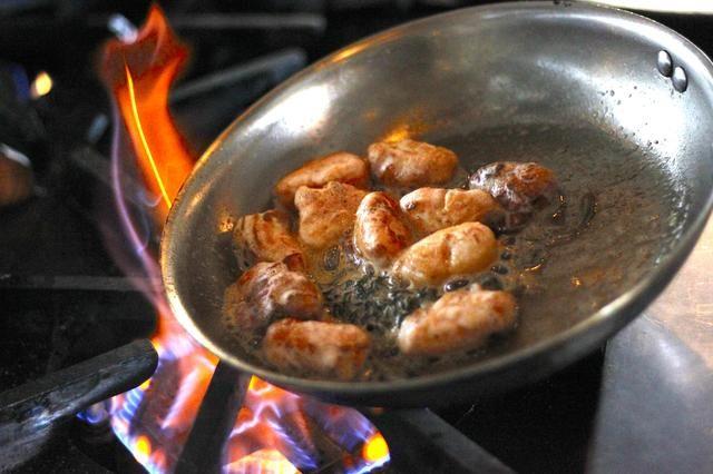 Una vez que la mantequilla empiece a dorarse, añadir las albóndigas y les terminan en la sartén. Sazonar con una pizca de sal (al gusto).
